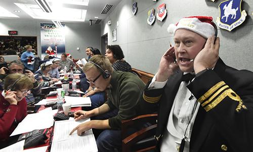 Các tình nguyện viên tại Bộ Tư lệnh Phòng không Bắc Mỹ (NORAD), căn cứ không quân Peterson tham gia chiến dịch theo dõi ông già Noel dịp Giáng sinh theo truyền thống có từ 63 năm về trước. Ảnh: AP.