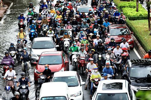 Cảnh ngập nước, kẹt xe ở địa phương có đông dân nhất cả nước. Ảnh: Hữu Khoa.