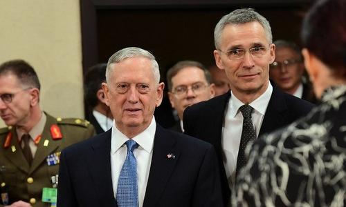 Mattis (trái) và Tổng thư ký NATO Jens Stoltenberg trong một cuộc họp hồi năm ngoái. Ảnh: AFP.