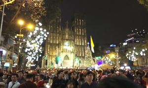 Người dân đổ về trung tâm Hà Nội vui chơi trước Noel