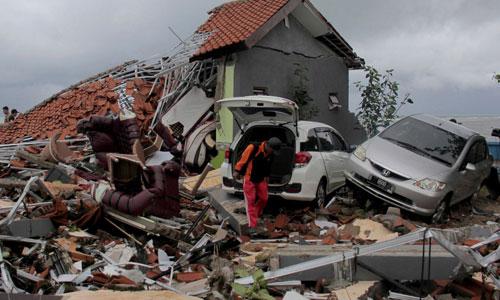 Cảnh đổ nát ở thị trấn Anyar trên bờ eo biển Sunda sau trận sóng thần hôm 22/12. Ảnh: AP.
