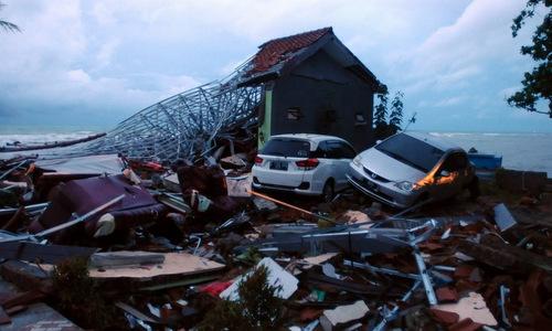 Một ngôi nhà ven bờ biển đảo Java bị sóng thần phá hủy. Ảnh: AFP.