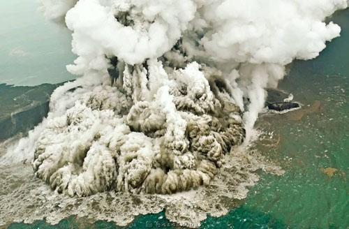 Khói bụi bốc lên sau khi núi lửa  Anak Krakatau phun trào hôm 23/12. Ảnh: Reuters.