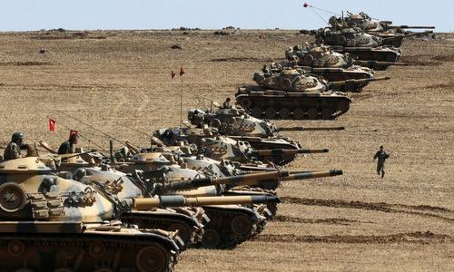 Xe tăng Thổ Nhĩ Kỳ triển khai gần biên giới Syria. Ảnh: AFP.