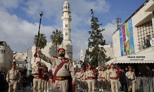 Một nhóm người Palestine biểu diễn trên quảng trường Manger hôm 24/12. Ảnh: AFP.