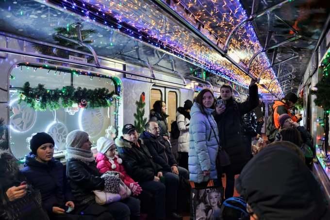 Xe buýt, tàu điện khắp nơi trên thế giới  'thay áo mới' đón Giáng sinh