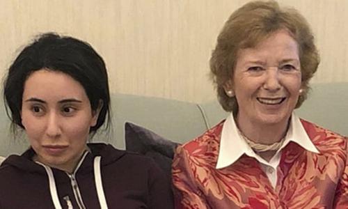Latifa bint Mohammed al-Maktoum (trái) chụp ảnh cùng cựu tổng thống Ireland Mary Robinson. Ảnh: AP.