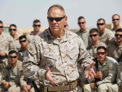 Tướng Neller trò chuyện cùng các lính Mỹ đang triển khai ở Afghanistan. Ảnh: US Marine.