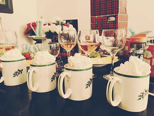 Những cốc chocolate nóng và rượu vang mà chị Phương chuẩn bị cho buổi sáng Giáng sinh. Ảnh: Nhân vật cung cấp