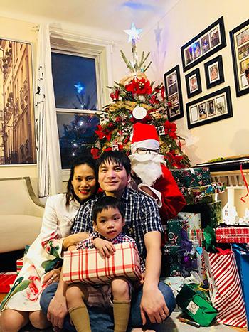 Vợ chồng chị Phương và con trai Alex chụp ảnh cùng ông già Noel sau khi nhận quà ngày Giáng sinh 2017. Ảnh: Nhân vật cung cấp