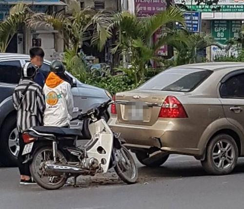 Ôtô bị trẻ con đi xe máy tông, bắt đền thế nào?