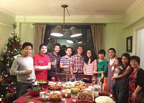 Bữa tiệc Giáng sinh gồm cả món Tây và Việt tại lễ Giáng sinh năm 2016 ở nhà chị Phương. Ảnh: Nhân vật cung cấp