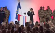 Binh sĩ Pháp ngất xỉu khi hát quốc ca trước mặt Macron