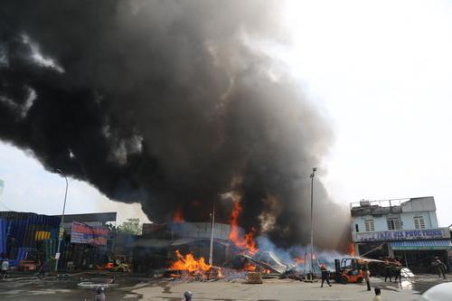 Đám cháy xuất phát từ bãi chứa vật liệu xây dựng bên quốc lộ 1. Ảnh: Phước Tuấn
