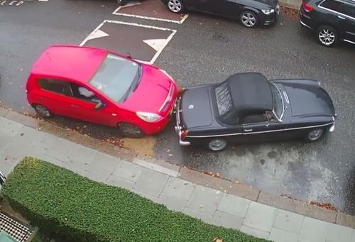 Kẻ xấu đẩy chiếc xe cổ khỏi chỗ đỗ xe. Ảnh: Kay Pinnock.