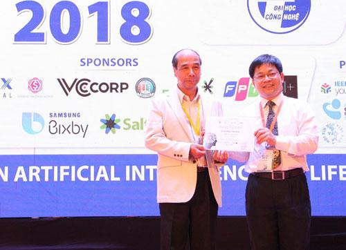 GS Hồ Tú Bảo (trái) và GS Nguyễn Thanh Thủy báo cáo tại hội nghị. Ảnh: PH.