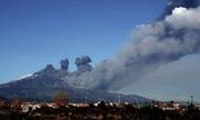 Núi lửa lớn nhất châu Âu phun cột tro bụi lên trời