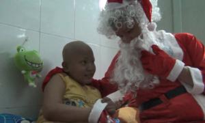 Ông già Noel trao quà cho bệnh nhi lúc nửa đêm