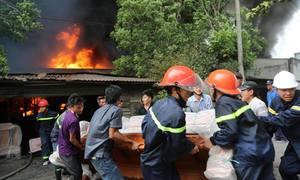 Cảnh sát lao vào nhà cháy ở Đồng Nai di dời tài sản giúp dân