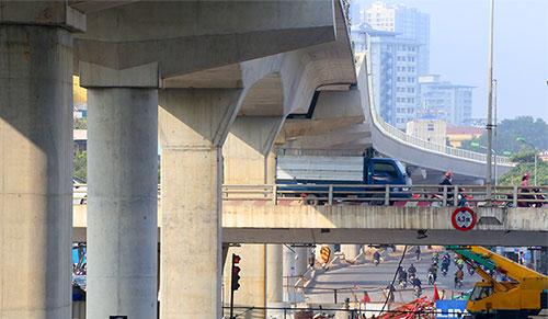 Các đoạn đi trên cao bắc qua cầu vượt Mai Dịch, Cầu Giấy đã được hoàn thiện, đơn vị thi công đang lắp đặt hoàn thiện hệ thống lan can. Ảnh: Bá Đô
