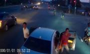 Không được rẽ phải, tài xế ôtô 4 chỗ chặn đầu xe tải gây hấn
