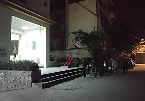Khu vực sân chung cư nơi xảy ra tai nạn. Ảnh: PV.