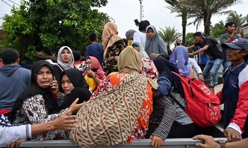 Người dân làng Sumber Jaya leo lên xe tải để sơ tán đến nơicao hơn. Ảnh: AFP.