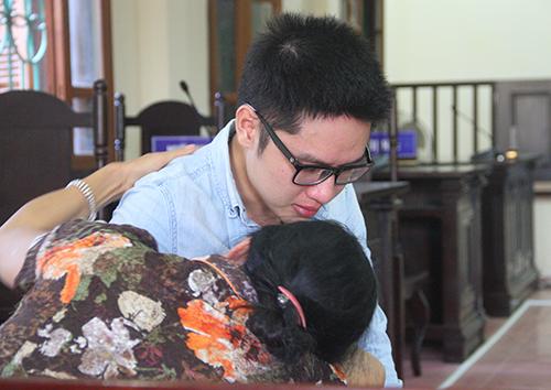 Bị cáo Kiên và mẹ ôm nhau khóc trong phiên sơ thẩm. Ảnh: Đức Hùng