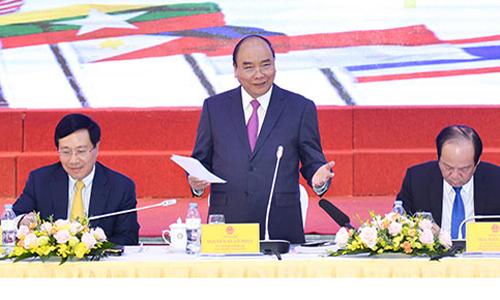 Thủ tướng Nguyễn Xuân Phúc (giữa) tại lễra mắtỦy banQuốc giaASEAN2020. Ảnh: VGP.