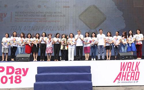 Thứ trưởng Khoa học và Công nghệ Phạm Công Tạc trao kỷ niệm chương cho các nữ tri thức tiêu biểu.