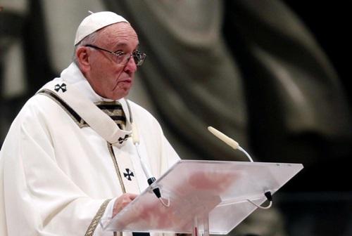 Giáo hoàng Francis cử hành Thánh lễ đêm Giáng sinh tại Nhà thờ Thánh Peter đêm 24/12. Ảnh: Reuters.