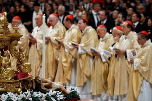 Tượng Chúa Hài Đồng trong Thánh lễ đêm 24/12. Ảnh: Reuters.