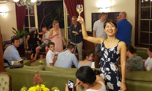 Lê Thu Lan (người cầm cốc rượu) đón Giáng sinh cùng các đồng nghiệp ở Brisbane, Australia trong cái nóng 38 độ C. Ảnh: Thu Lan.