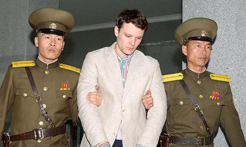 Otto Warmbier bị áp giải tới phiên xử tại tòa án tối cao ở Bình Nhưỡng tháng 3/2016. Ảnh: Kyodo.