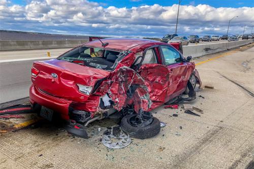 Chiếc Kia Rio sedan màu đỏ là nạn nhân trong tai nạn liên hoàn. Ảnh: Twitter.