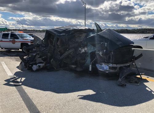 Xe bán tải Ford F-250 nát bấy phần đầu xe. Tài xế chỉ bị thương nhẹ. Ảnh: Twitter.