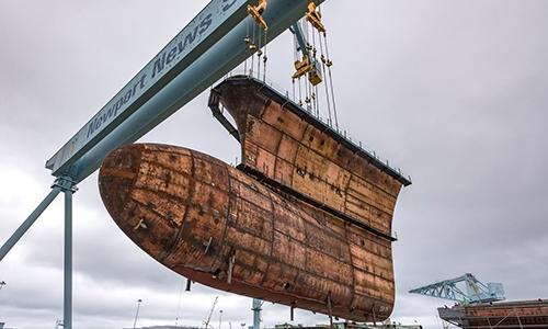 Phần thân tàu cuối cùng của tàu sân bay USS John F. Kenedy được đưa vào vị trí ghép nối tại nhà máy đóng tàu Newport ngày 28/9. Ảnh: US Navy.