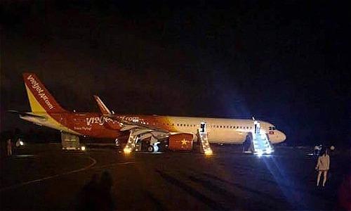 Máy bay gặp sự cố và dừng lại an toàn trên đường cất hạ cánh sân bay Buôn Ma Thuột tối 29/11. Ảnh:Lê Văn.