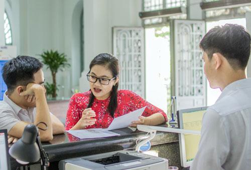 Phan Thị Lan Anh (giữa) hướng dẫn thủ tụccho người dân tại cơ quan. Ảnh: Thành Đoàn TP HCM.