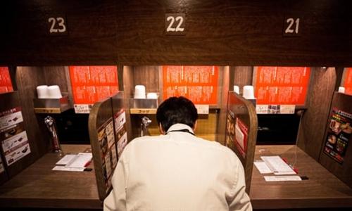 Khách hàng trong một quầy ăn tại cửa hàng mỳ Ichiran. Ảnh: AFP.
