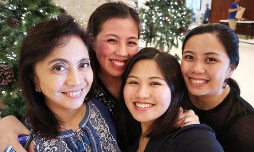 Leni Robredo (ngoài cùng bên trái) và ba con gái. Ảnh: Instagram.