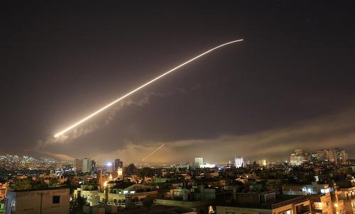 Phòng không Syria đánh trả đợt không kích của liên quân Mỹ hồi tháng 4. Ảnh: Reuters.