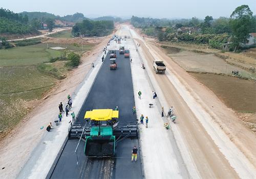 Thảm bê tông nhựa trên cao tốc Bắc Giang - Lạng Sơn. Ảnh: Anh Duy.