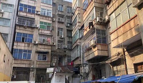 Khu nhà nơi có căn hộ cô gái bị giam suốt 6 năm. Ảnh: Weibo.