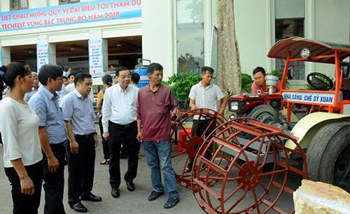 Bộ trưởng Khoa học và Công nghệ Chu Ngọc Anh (thứ 4 từ trái qua) tham quan sản phẩm sáng chế giới thiệu tại triển lãm.