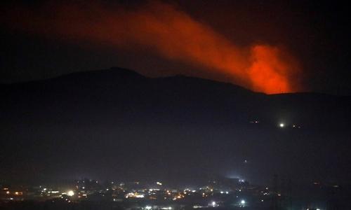 Khói bốc lên từ một ngọn núi gần Syria ngày 25/12. Ảnh: Reuters.