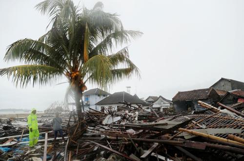 Những ngôi nhà ven biển tại thị trấn Sumur, tỉnh Banten, Indonesia bị tàn phá sau thảm họa đêm 22/12. Ảnh: Reuters.