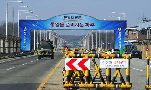 Rào chắn dựng giữacon đường dẫn tới khu công nghiệp Kaesong của Triều Tiên tại thành phố Paju, Hàn Quốc. Ảnh: AFP.
