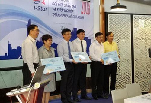 Các tác giả của giải pháp công nghệ dự thi nhận giải thưởng.