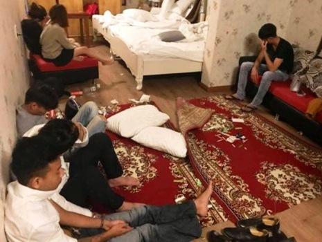 Nhóm thanh niên sử dụng ma túy ngay trong phòng khách sạn. Ảnh: T.H